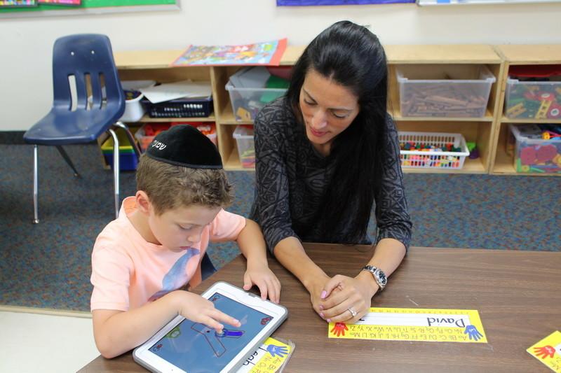 Inspirée par ses élèves, une enseignante de l'Académie hébraïque réalise son rêve qui est celui d'aider les enfants de l'âge préscolaire partout dans le monde