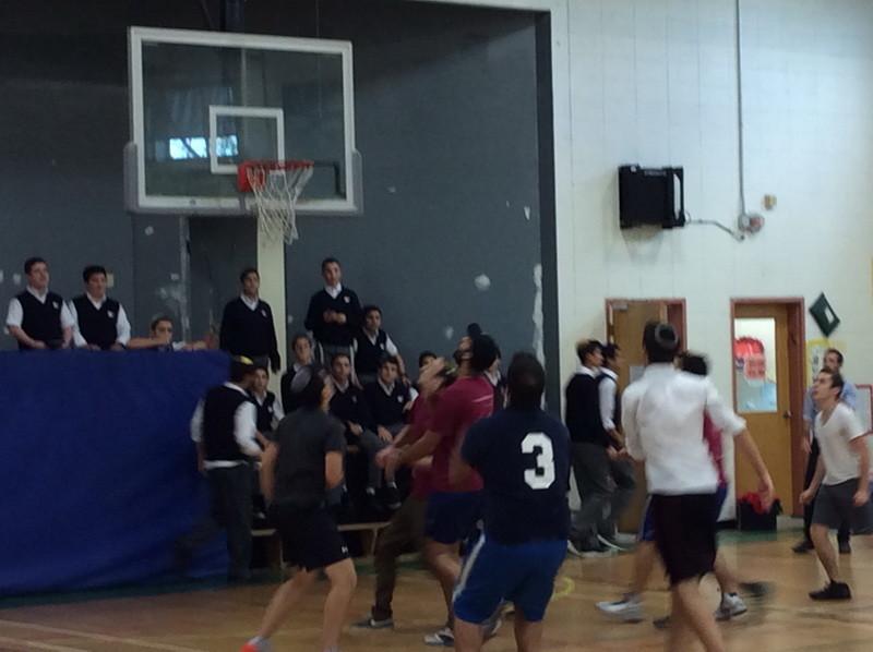 Les garçons du secondaire V se lancent dans un match de basket-ball contre le kollel et le personnel de l'Académie hébraïque